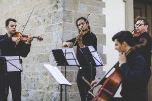 kwartet smyczkowy gra na ślubie w okolicach Krakowa, oprawa muzyczna ślubu w plenerze