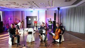 kwartet smyczkowy gra w trakcie obiadu weselnego