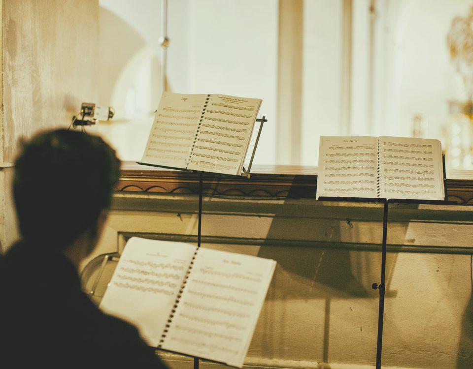 oprawa muzyczna ślubu w Krakowie: skrzypek i wiolonczelista grają na ślubie Arię na strunie G Jana Sebastiana Bacha