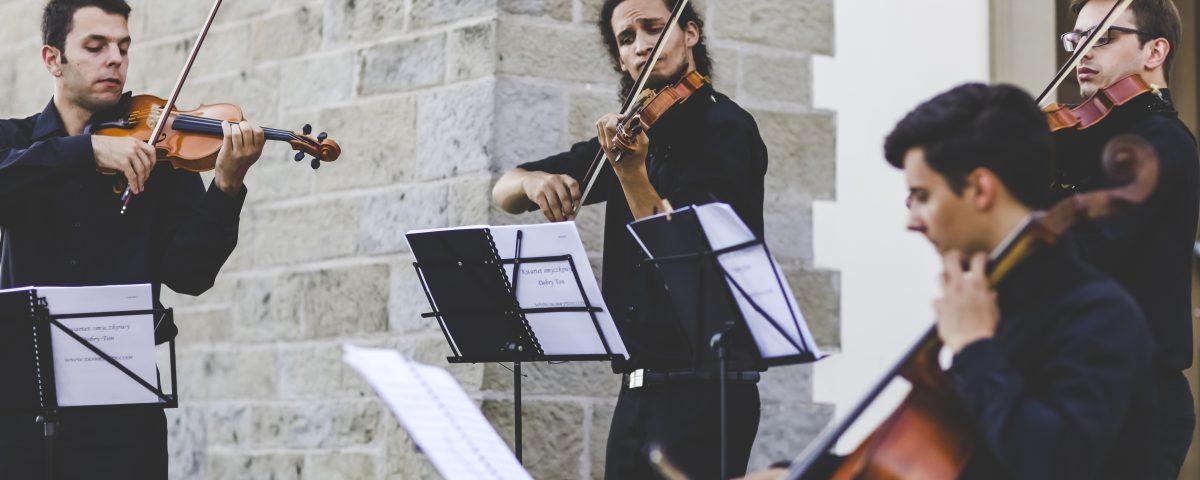 Dobry Ton gra alleluja na ślubie, pieśni i muzyka poważna w kościele