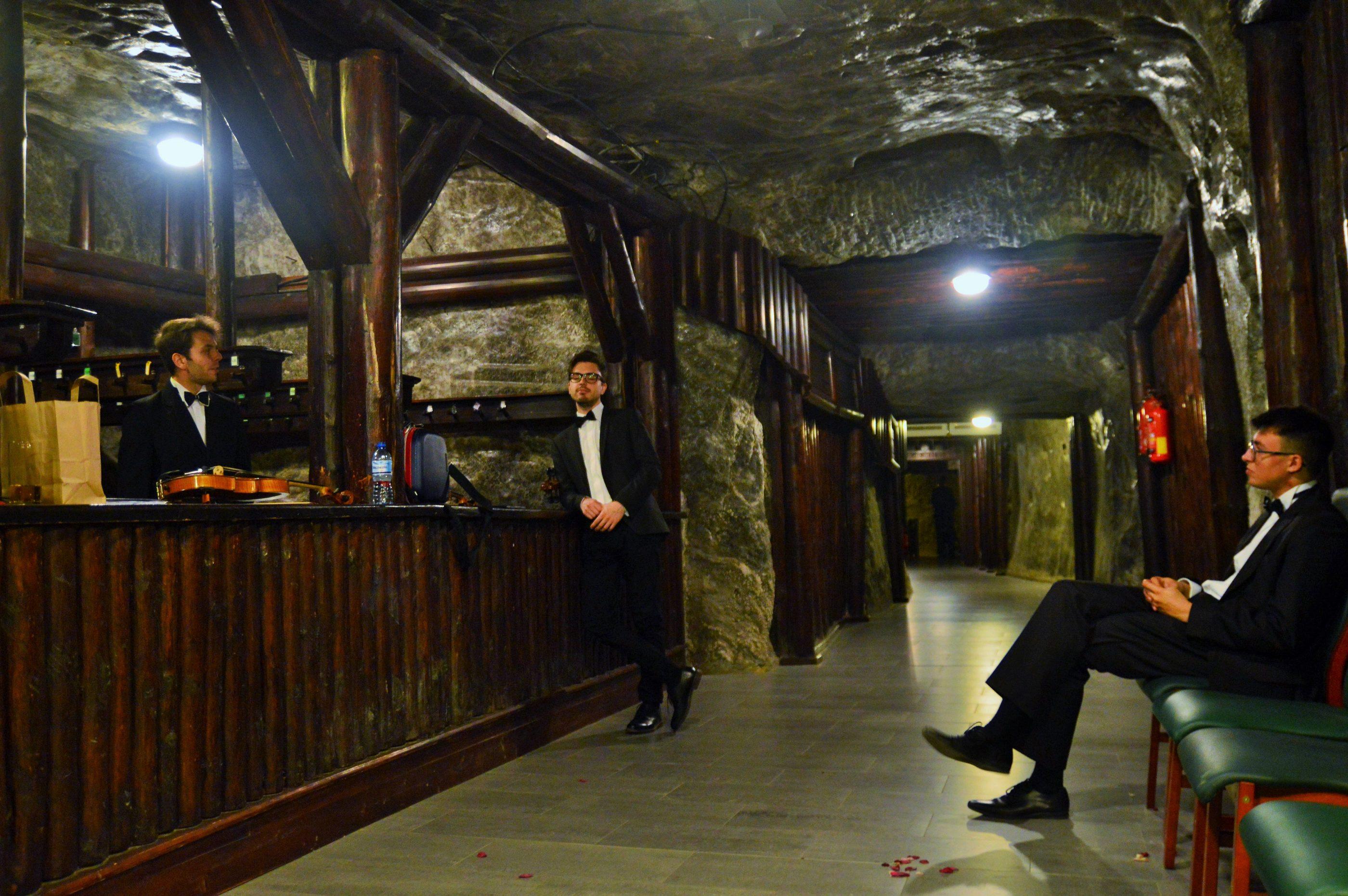 Muzyka w wykonaniu kwartetu smyczkowego na ślubie w kopalni w Wieliczce