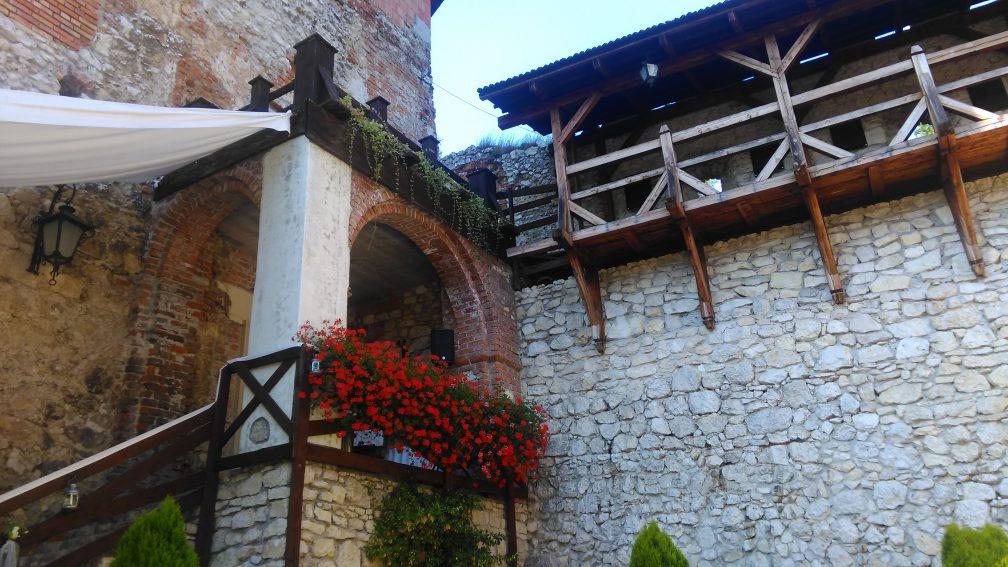 Muzyka w trakcie ślubu na dziedzińcu zamku w Korzkwi. Kwartet smyczkowy gra utwór Aria na stunie G J.S. Bacha