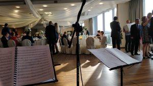 Muzyka poważna umila licznie zgromadzonym gościom składanie życzeń i oczekiwanie na obiad weselny