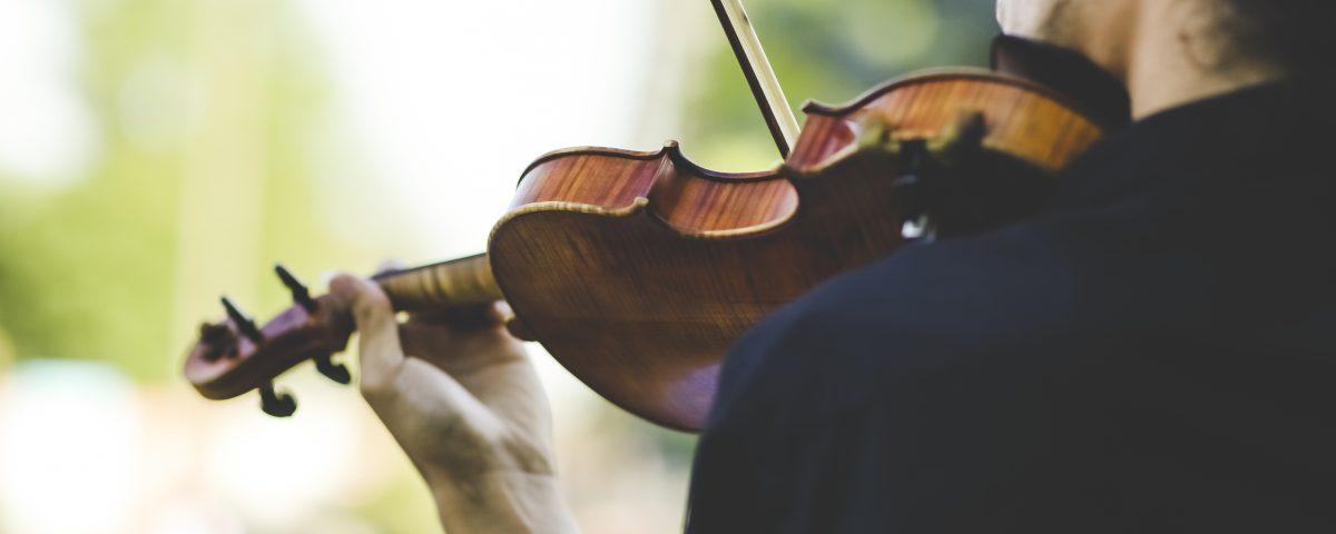 Piotr z kwartetu Dobry Ton gra na skrzypcach na weselu góralskim w Kościelisku