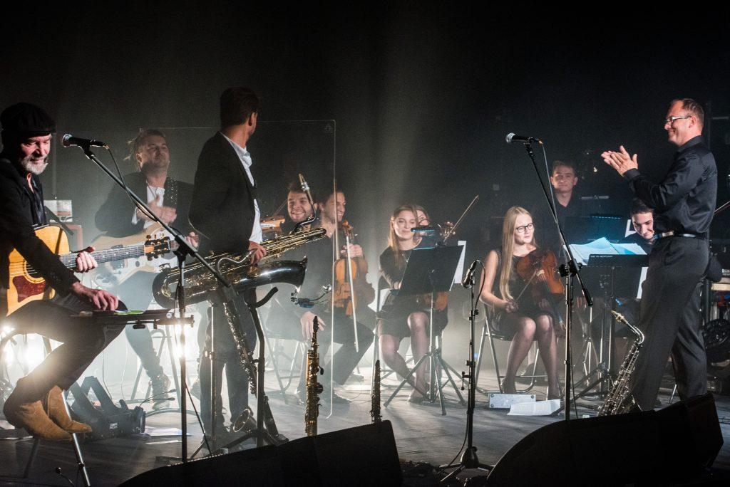 Voo Voo, zespół (kwintet smyczkowy), dyrygent Leszek Mieczkowski otrzymują oklaski po utworze muzyki rozrywkowej na żywo