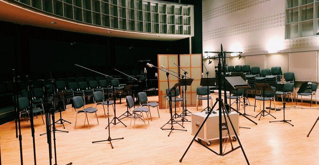 mikrofony przygotowane do nagrania muzyki filmowej i serialowej w Radiu Kraków