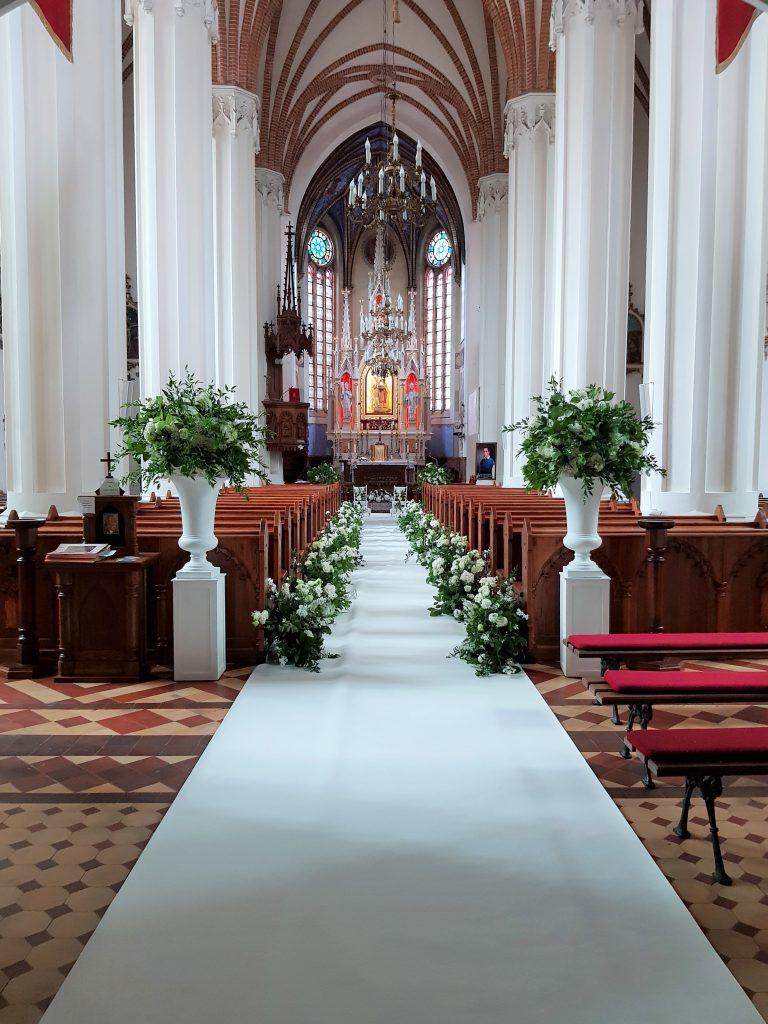 Przystrojone wnętrze kościoła - Dobry Kwartet smyczkowy na ślub - oprawa wesel w Krakowie i Warszawie